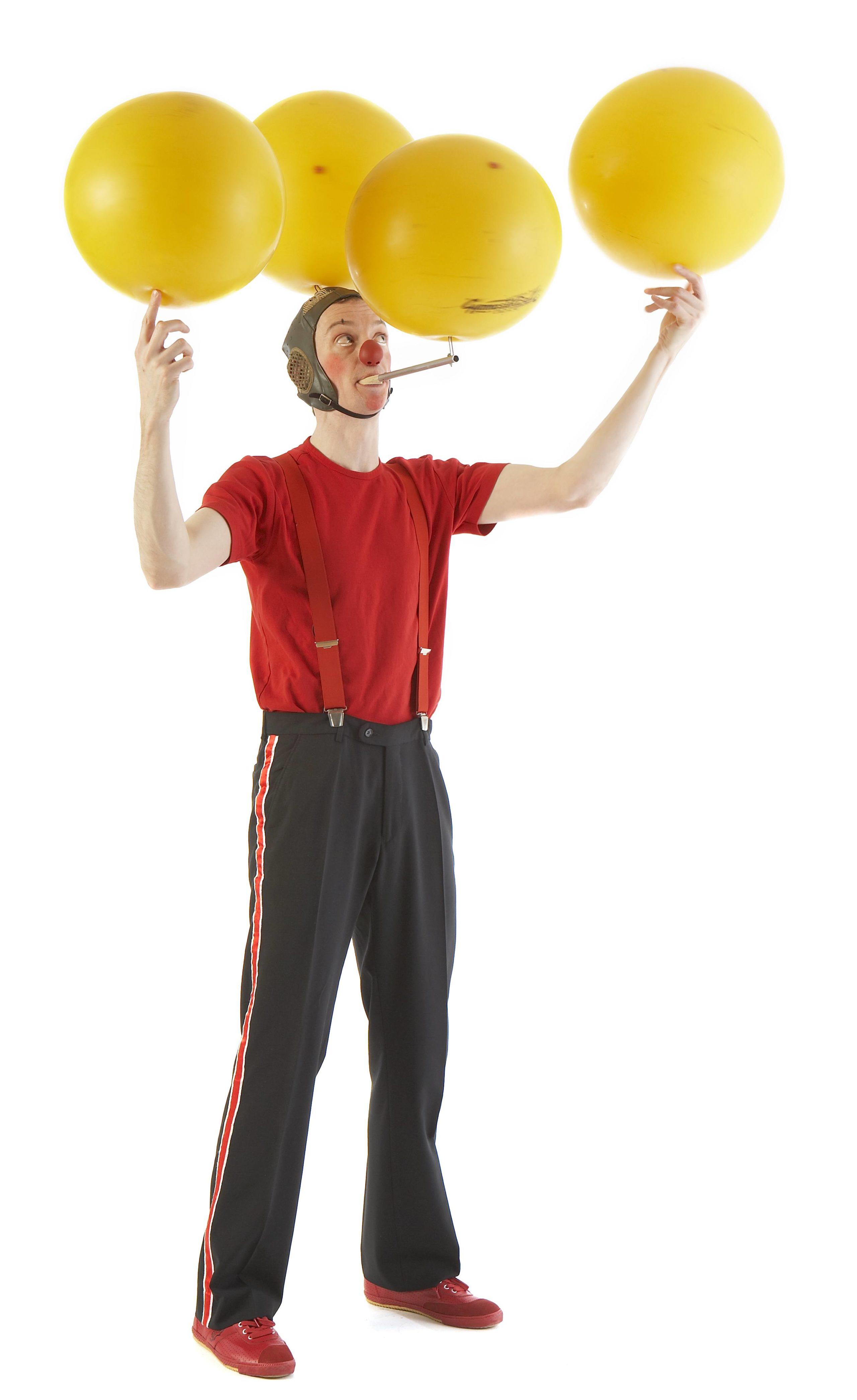 Klovnen Tapé balancerer med fire bolde