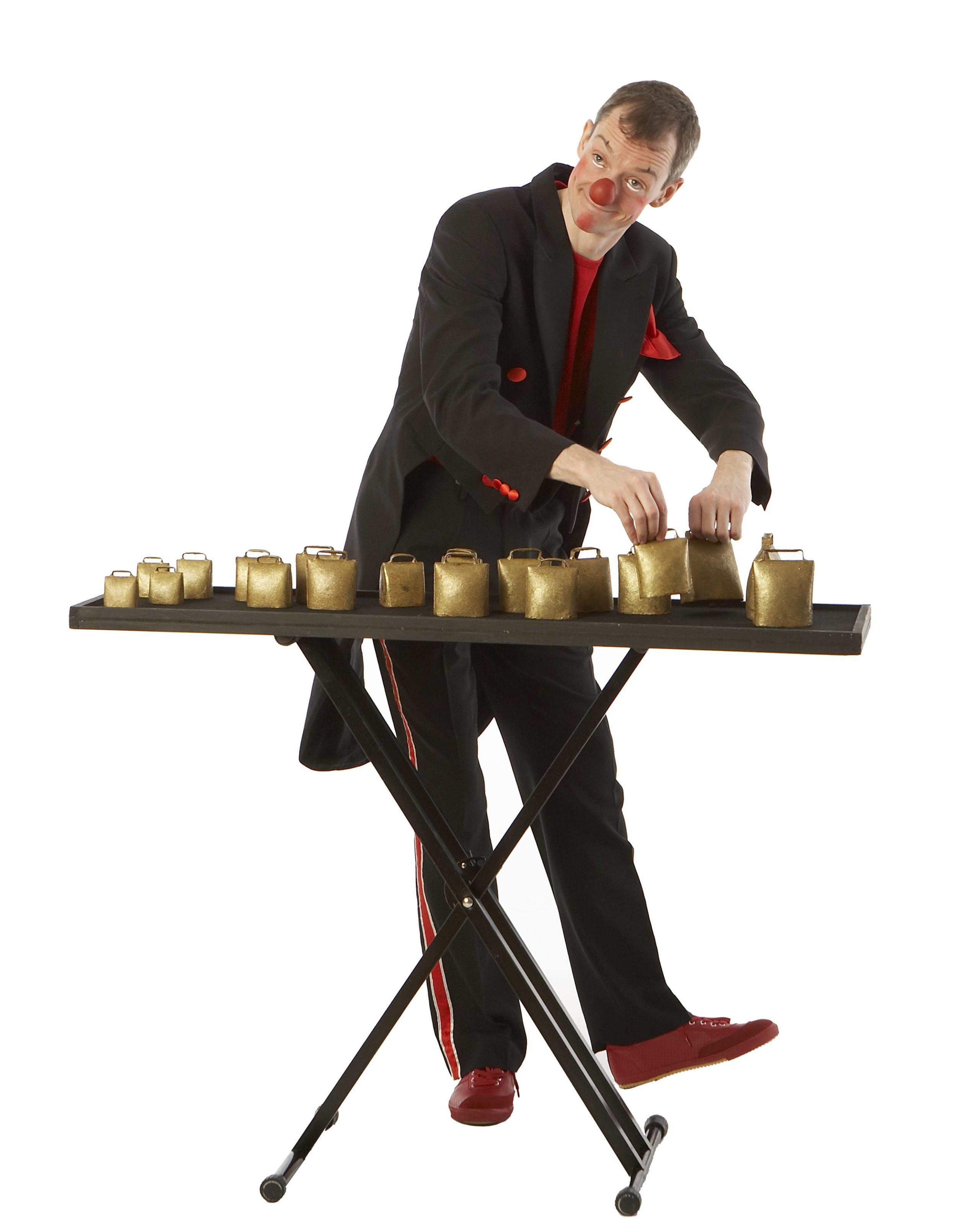 Klovnen Tapé spiller på klokkespil